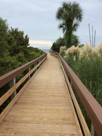 The Sea Gate Inn: Long walkways from parking to beach