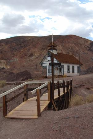 my surprising trip to the once mining boomtown of calico Rhyolite was once the center of nevada's gold mining district it went from boomtown to bust in just six years in 1906, there were 10,000 residents, but by 1920, there were only 14.