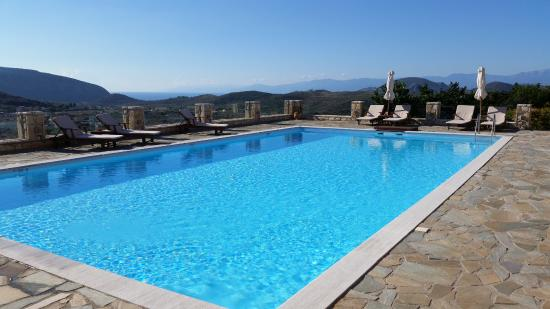 Hotel Perivoli: View of the pool and countryside during breakfast