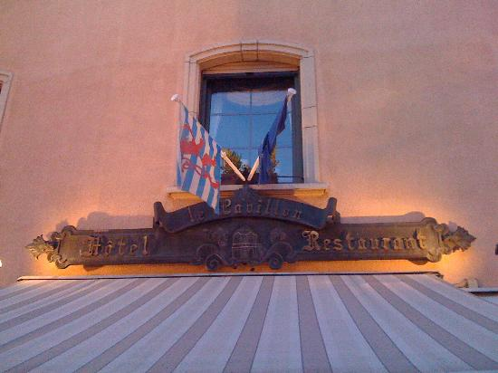 Hotel le Pavillon: Вывеска отеля и ресторана