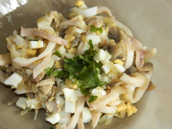 Салат из кальмаров с яйцом и луком фото