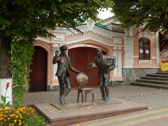 ‪Monument to Ostap Bender and Kisa Vorobyaninov‬