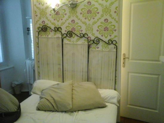 Les Santolines : chambre: lit coincé entre le chiote et la douche et c'est pas la pire des chambres