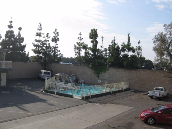 Little Boy Blue Motel : это бассейн, в центре парковки