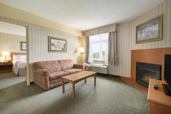 Days Inn - Orillia: Sitting Room King Suite