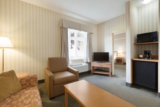 دايز إن - أوريليا: Sitting Room King Suite