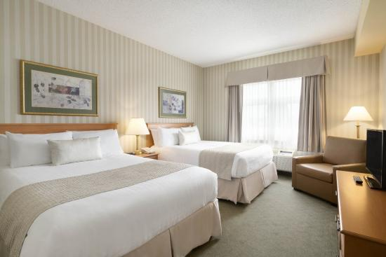 Days Inn - Orillia: Two Queen Room