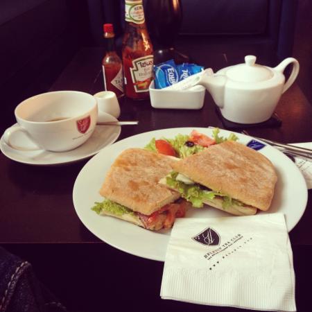Heladiv Tea Club: smoked salmon sandwich and tea