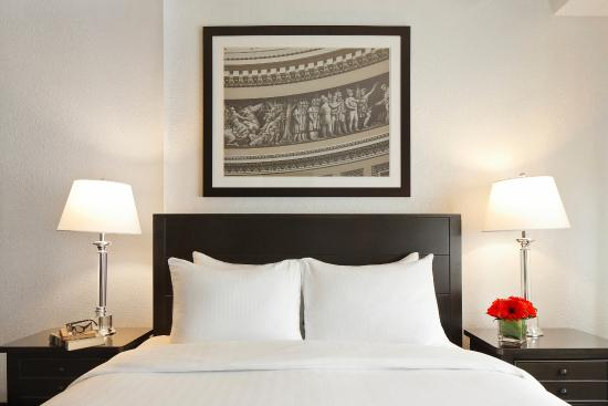 Capitol Hill Hotel: queen bed