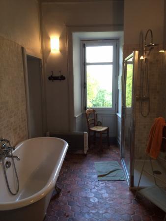 Chateau de Bresse sur Grosne: Large bathroom. But separate toilet