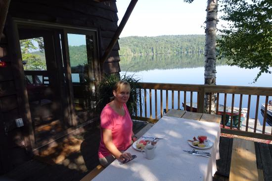 Kiwassa Lake Bed & Breakfast: Breakfast on the deck