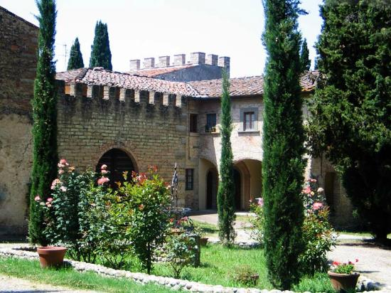 Montespertoli, Italien: I primi alloggi e il vecchio pozzo