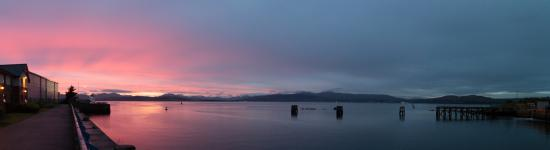 Premier Inn Greenock Hotel: Sunset looking over the river from the hotel grounds
