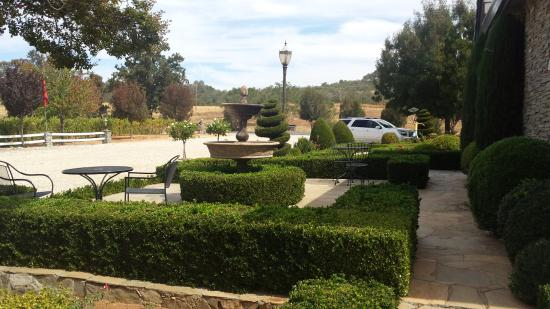 Plymouth, CA: Beautiful manicured landscaping