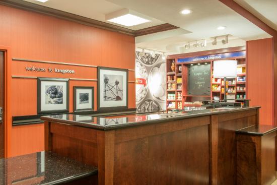 Hampton Inn Kingston: Front Desk with Snack Shop