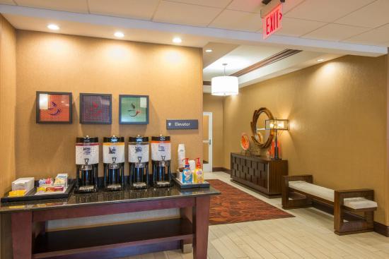 Hampton Inn Kingston: Coffee Station