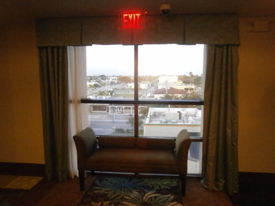 Holiday Inn Express Cape Coral/Fort Myers Area: Settee outside elevator on 5th floor