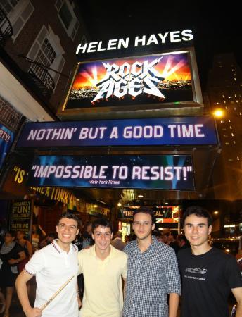 Helen Hayes Theatre: Na frente do teatro quando Rock of Ages estava em Cartaz. Com a baqueta que ganhei no show.