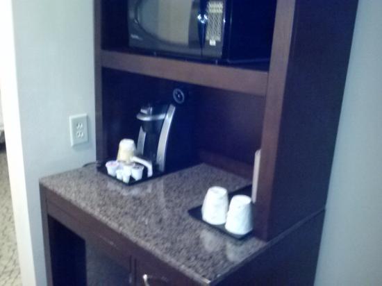 Hilton Garden Inn Tifton: coffee staion with microwave and fridge