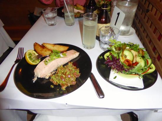 Olives Italian Restaurant: Atlantic salmon steak with side salad.