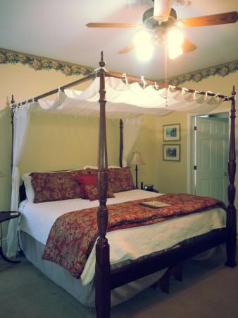 Secret Garden Bed & Breakfast Inn: four poster kingsize bed