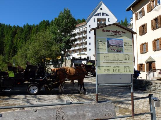 Sils im Engadin, Ελβετία: ホテル前がフェックス谷までの馬車の乗車場です