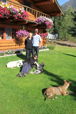 Iniakuk Lake Wilderness Lodge: Pat, John, and Thom and their beloved dogs