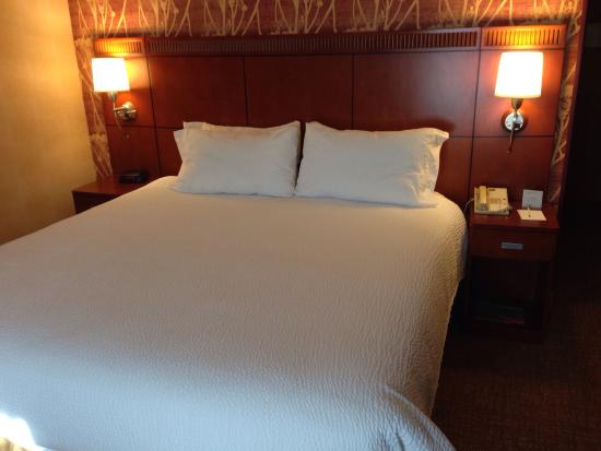 Courtyard Bakersfield: Courtyard by Marriott Bakersfield - Our Room #320 with King Bed