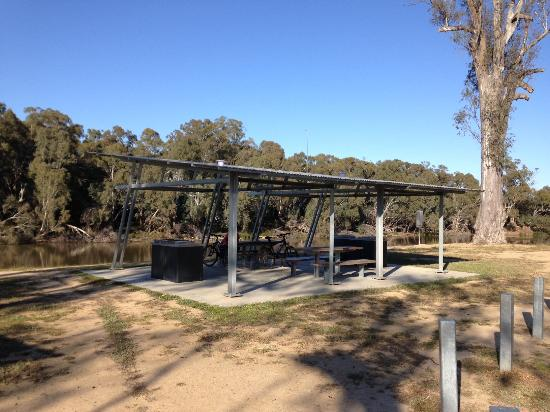 Moama, Australia: Five Mile Picnic Area Shelter and BBQs