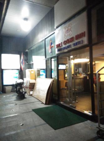The Cozi Inn : depan hotel malam hari,ujung gang