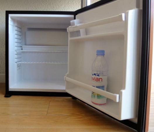 un mini frigo vide dans chaque chambre picture of hotel centre plage argeles sur mer. Black Bedroom Furniture Sets. Home Design Ideas
