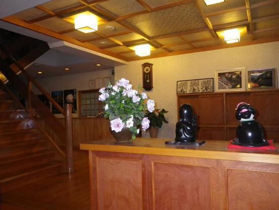 Yunoshimakan: ホテルのロビーから見た玄関。