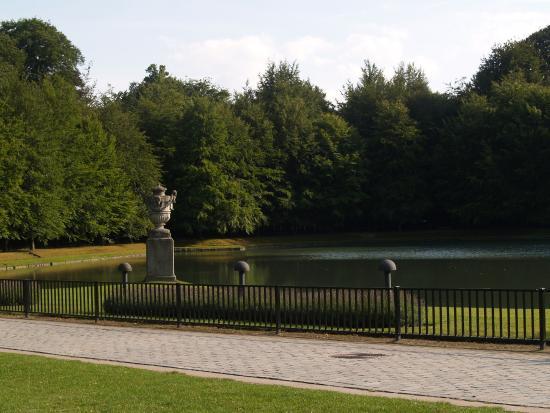 De grote vijver voor het kasteel Rivierenhof