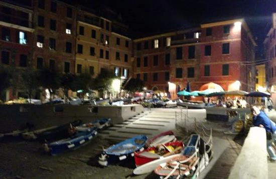 Albergo Barbara: night shot of the area
