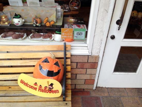 Ginnosupun: 玄関脇のベンチとランタン