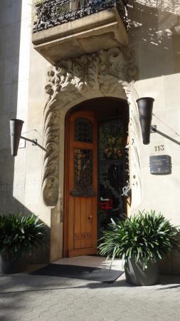 El Palauet Living Barcelona: вход в здание