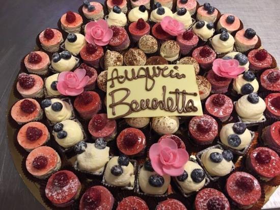 Pasticceria Cioccolateria Rossano: Torta composta da paste Mignon