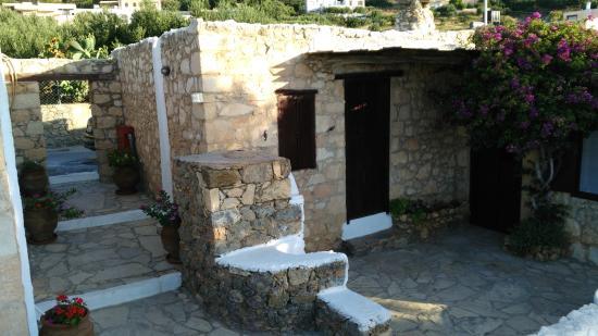 Koutsounari Traditional Cottages : entrée et cheminée ext.
