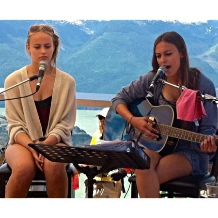 Brackendale, Canadá: 'Larson sisters' live music