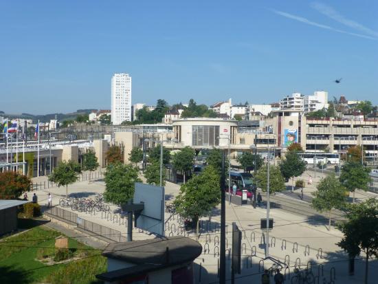 Campanile Dijon Centre - Gare : ホテルの部屋からディジョン駅を望む