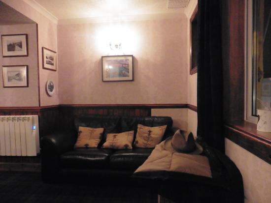 Lochcarron, UK: Canapé dans la salle