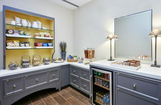 DoubleTree by Hilton Hotel Charlotte - Gateway Village : Little Extras Snack Pantry