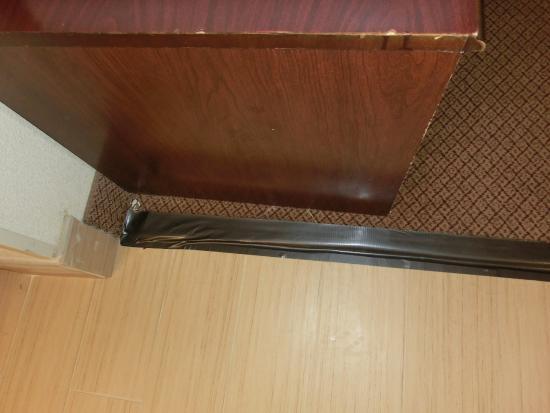 Quality Inn Richmond Airport: duck tape flooring