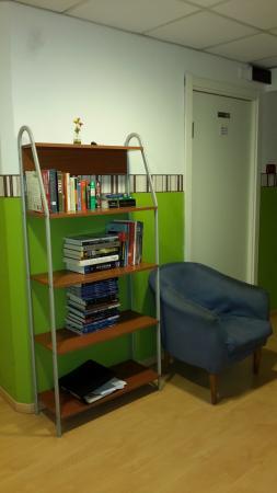 Hostel Gallo d'Oro: scaffale con libri in corridoio