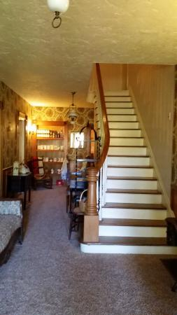 The 1819 Red Brick Inn - A Bed and Breakfast: Stairway to the 2nd floor