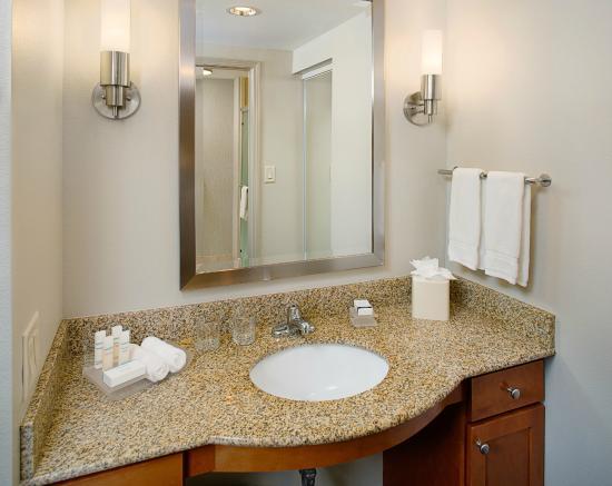 Homewood Suites by Hilton Portsmouth: Modern Bathroom