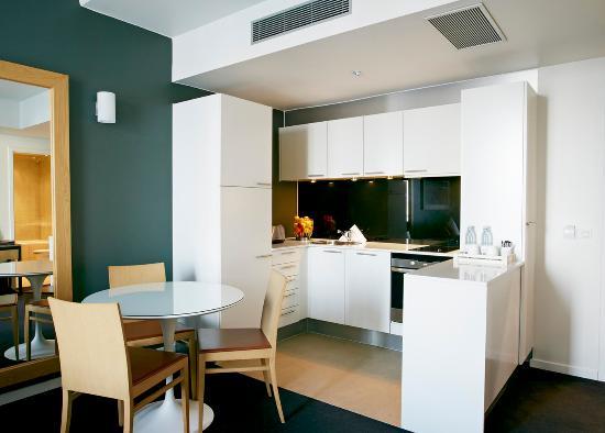 Adina Apartment Hotel Copenhagen: Fully equipped kitchen - One Bedroom Apartment