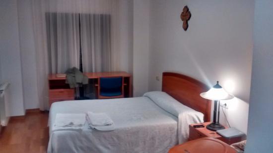 Hospederia Via Lucis: Habitación cama de matrimonio
