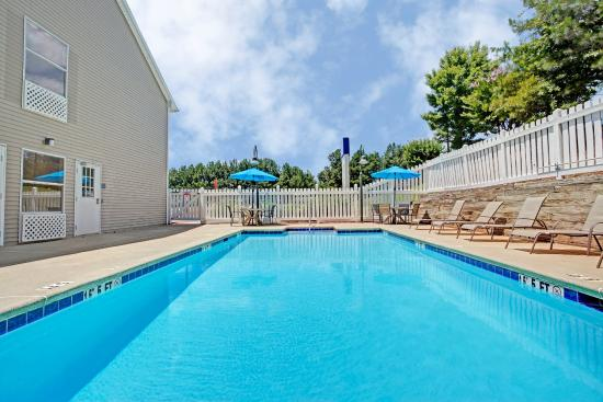 Baymont Inn & Suites Kennesaw: Outdoor Swimming Pool