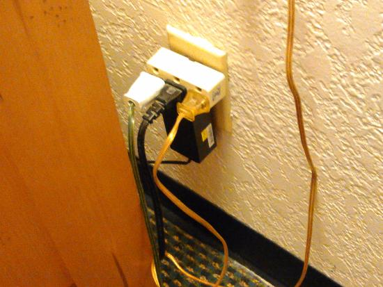 Days Inn & Suites-Mackinaw City-Bridgeview Lodge: overloaded electric outlet